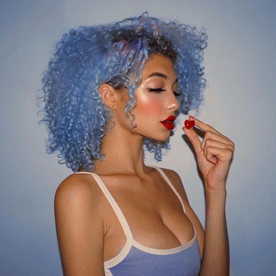 cabelo cacheado azul claro