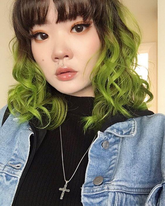 Cabelos coloridos ondulados verdes