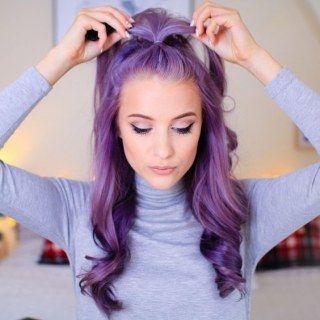 Cabelos coloridos, fios ondulados violeta