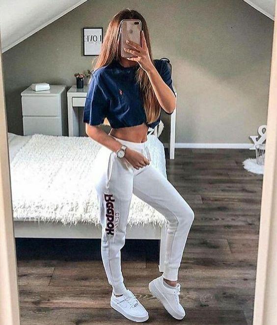 blusa azul, calça jogger cinza