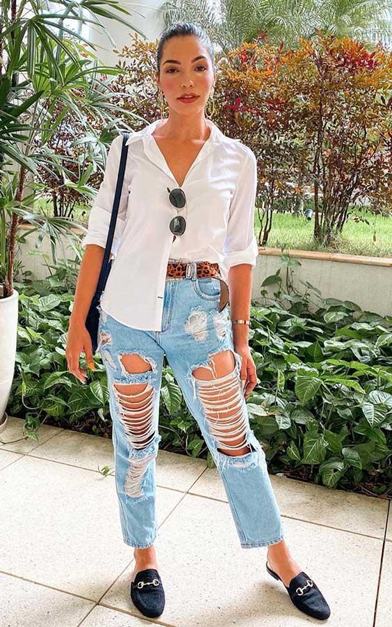 camisa branca, calça jeans destroyed e cinto de oncinha