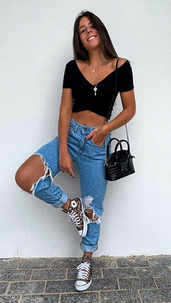 cropped preto e calça jeans destroyed