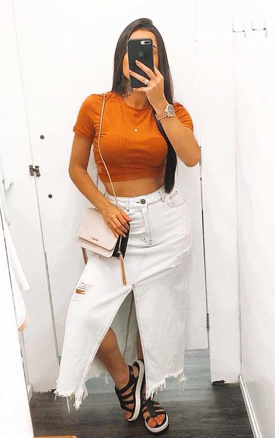 cropped laranja e saia midi jeans