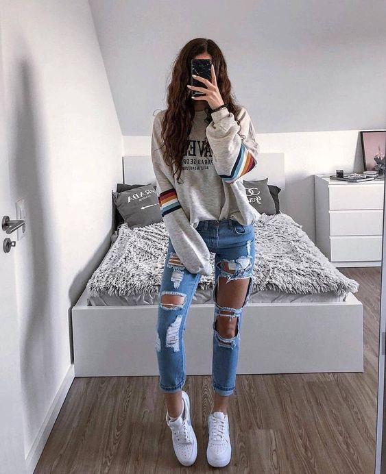 blusa de moletom cinza, calça jeans destroyed, tênis nike air force