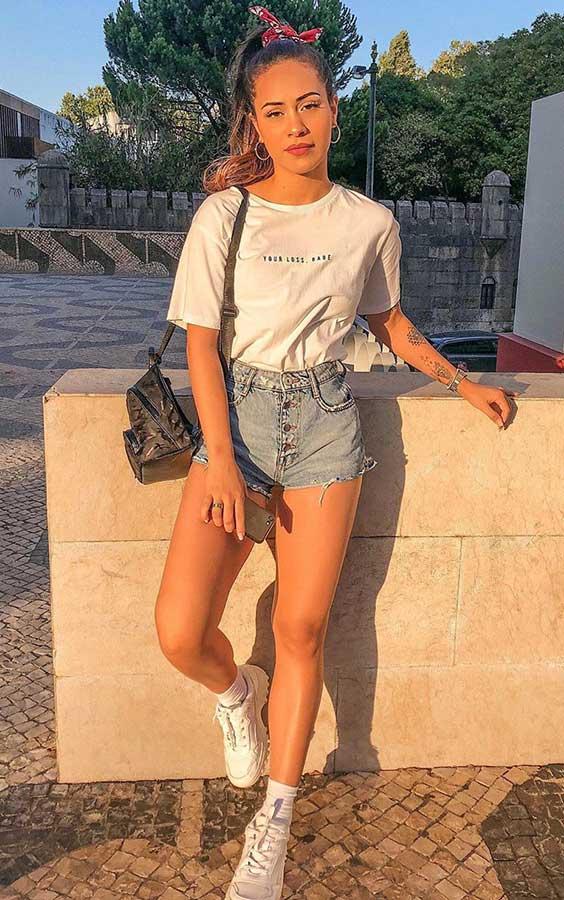 t-shirt branca e short jeans