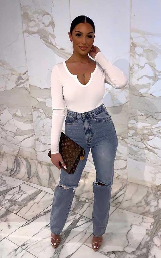 blusa branca e bolsa clutch
