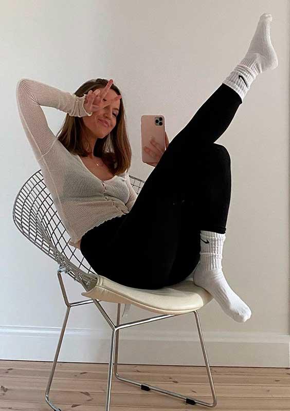 Pijama, blusa branca e calça legging preta