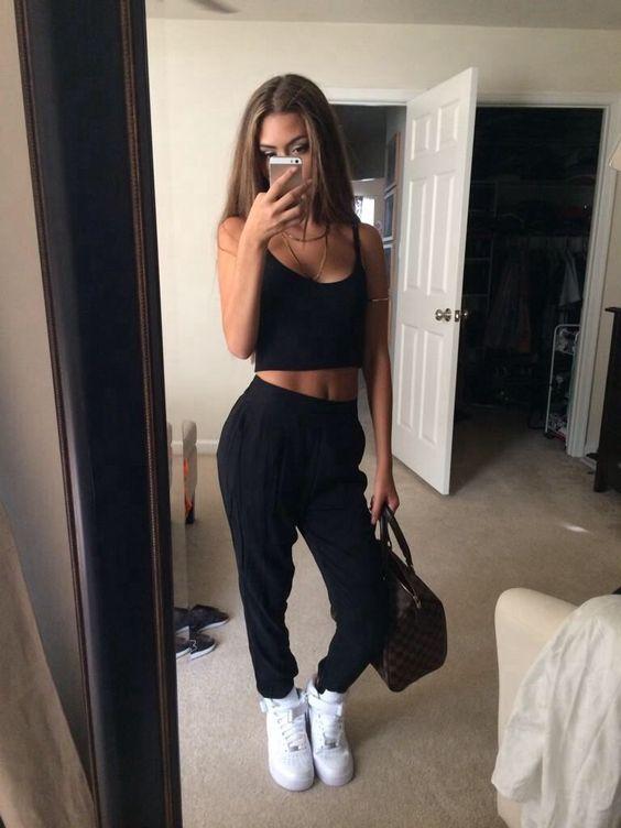 cropped peto, calça jogger, tênis nike air force