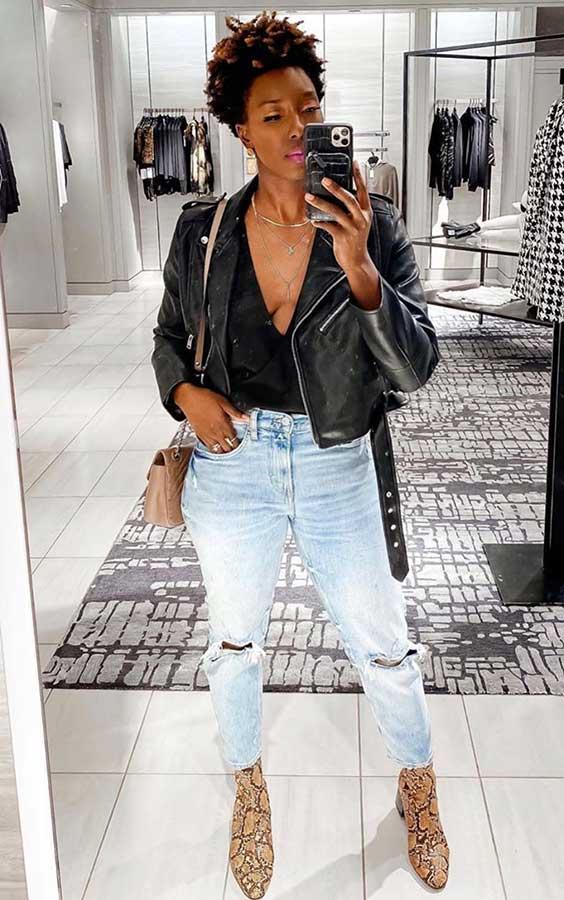 jaqueta de ocouro, blusa decotada e mom jeans destroyed