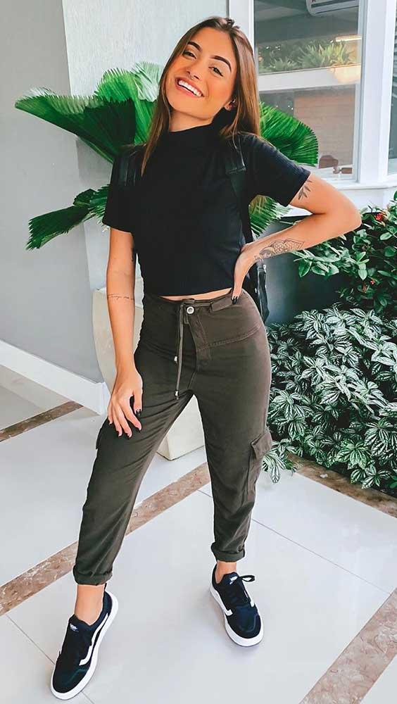 março, blusa preta, calça jogger verde militar