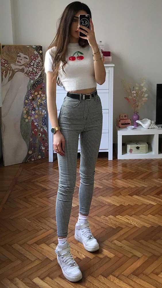 blusa branca, calça cinza xadrez
