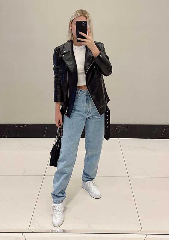 março, blazer preto, blusa branca e mom jeans