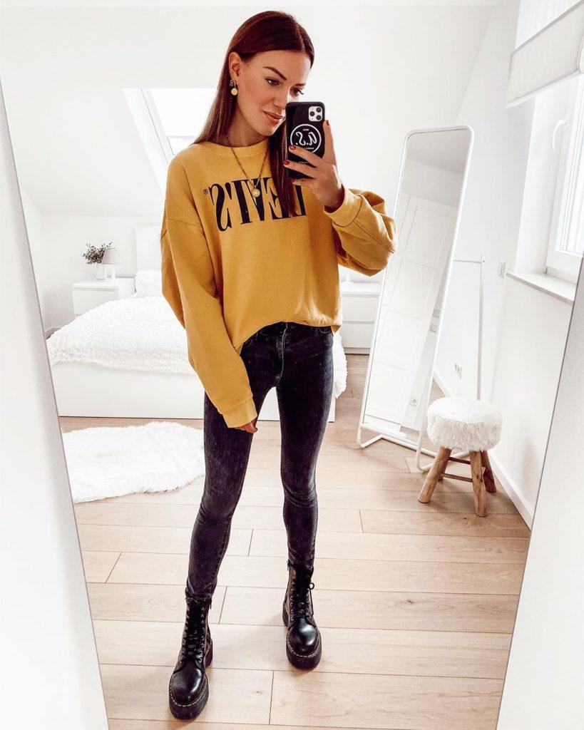 moletom amarelo e calça preta skinnu