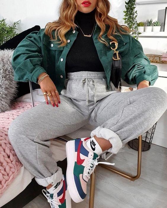 calça de moletom cinza e tênis nike air force colorido