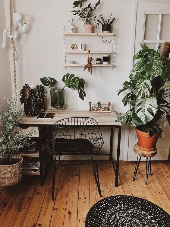 escritório com plantas tropicais, decoração boho