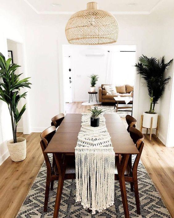 sala de jantar com plantas topicais, palmeiras