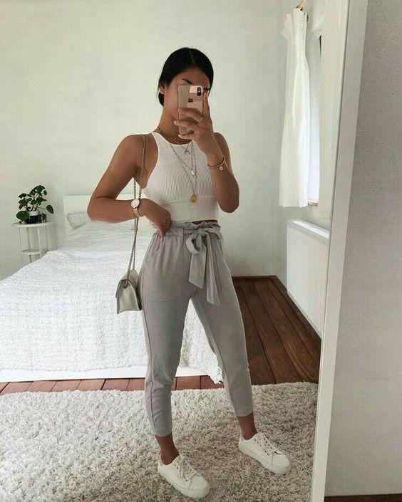 looks confortáveis, cropped, calça jogger cinza, tênis branco