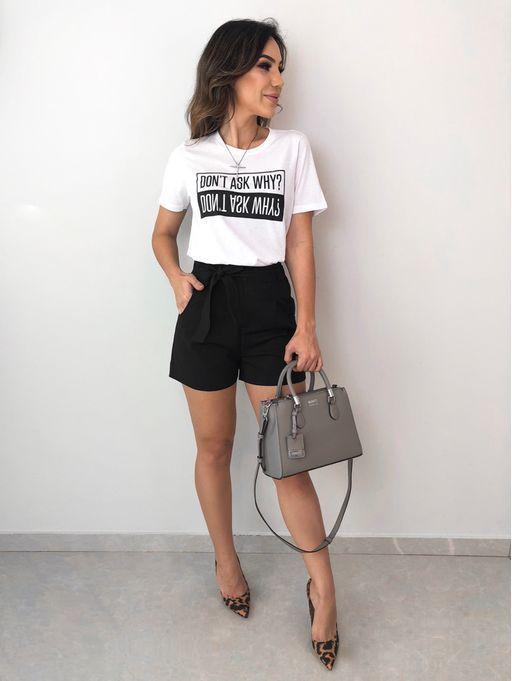slogan t-shirt branca, short clochard preto, scarpin preto