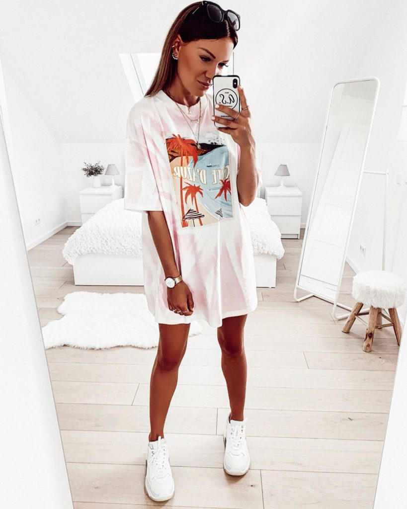 Jaqueline, t-shirt dress estampado e tênsi