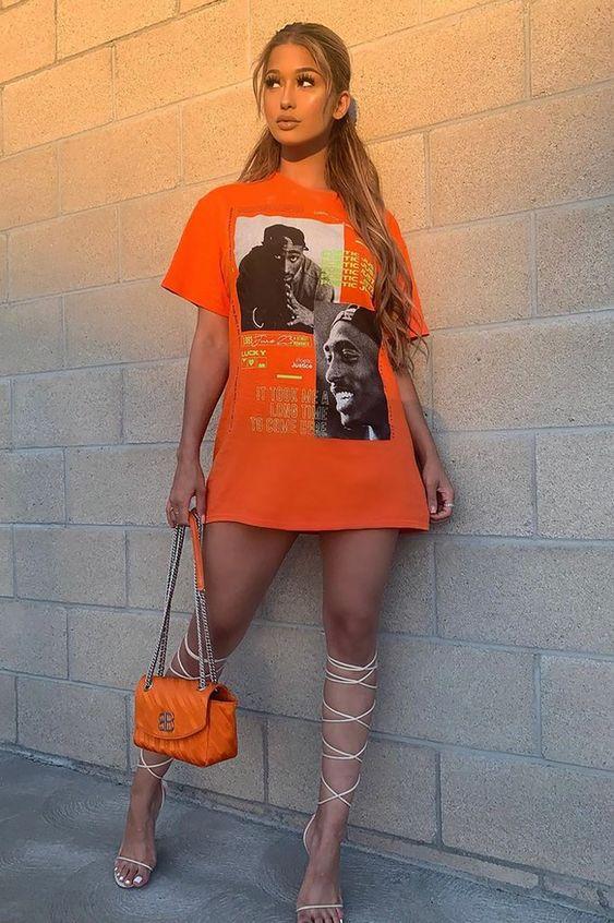 monocromático, t-shirt laranja, bolsa laranja, e sandália gladiadora