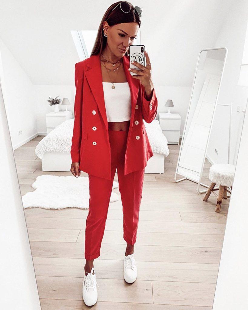 Jaqueline, terninho vermelho, top faixa e tênis branco