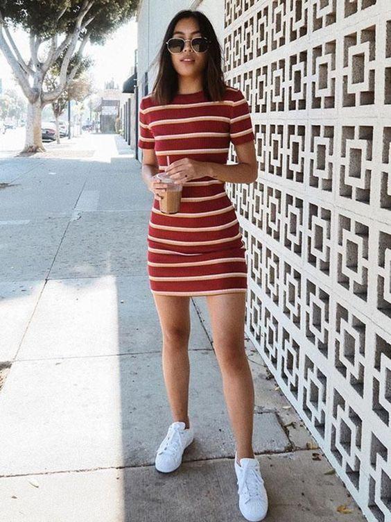 vestido listrado vermelho e tênis banco