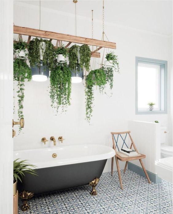 banheiro com plantas suspensas, decoração escandinava