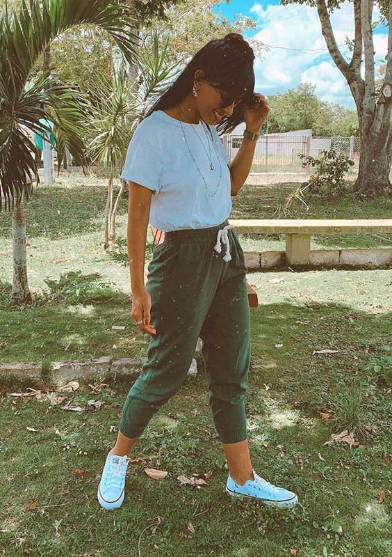 t-shirt branca, calça jogger verde militar