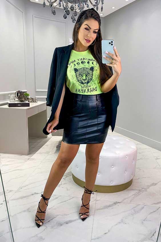 blazer preto, t-shirt verde e saia de couro