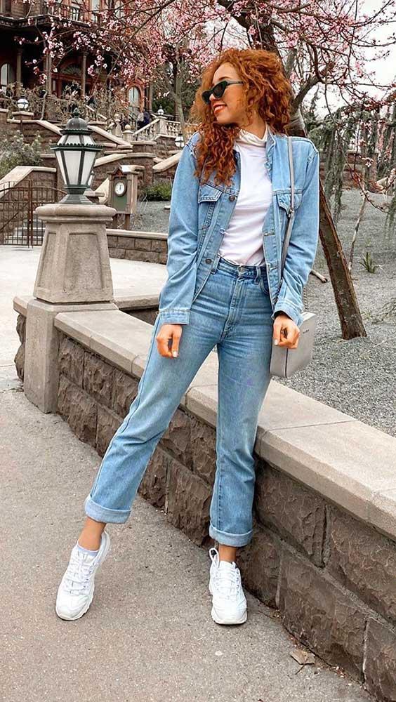look de outono, jaqueta jeans, blusa branca, mom jeans