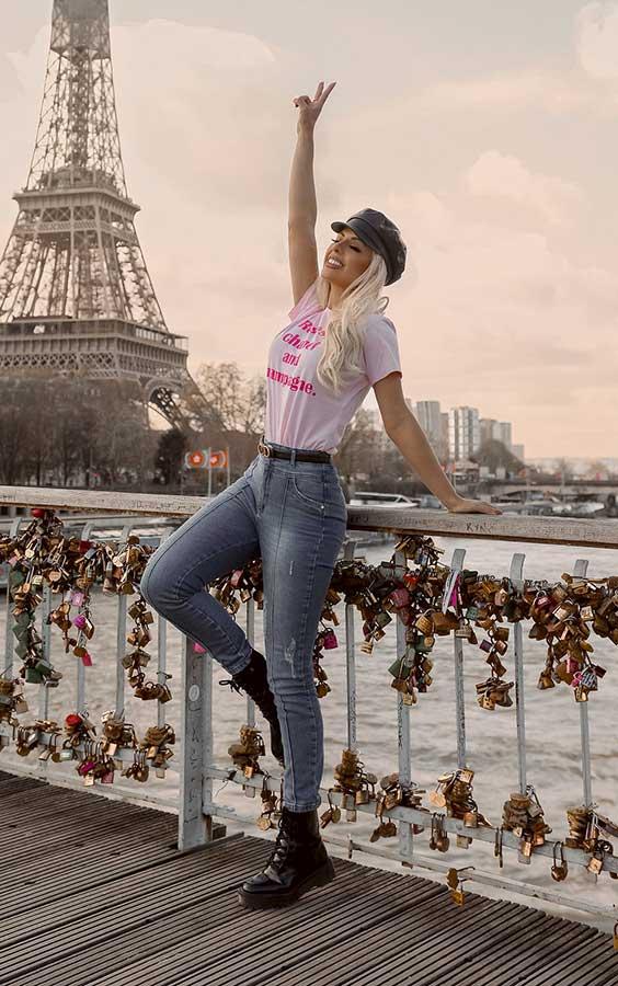 t-shirt, calça jeans e coturno