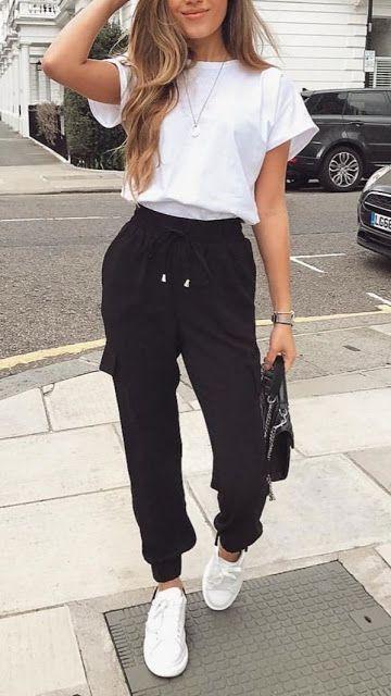 peças confortáveis, blusa branca e calça jogger preta
