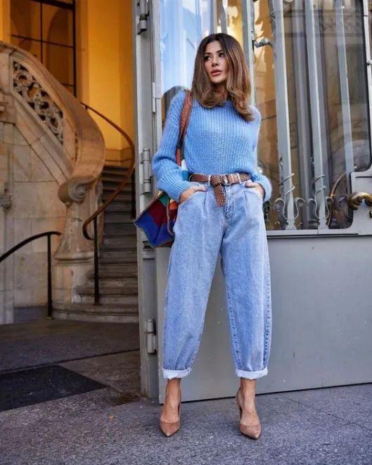 Suéter azul, cinto caramelo, slouchy jeans, scarpin bege