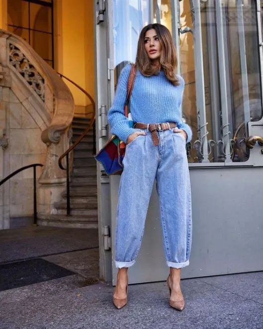 Suéter azul, cinto caramelo, slouchy jeans, scarpin bege