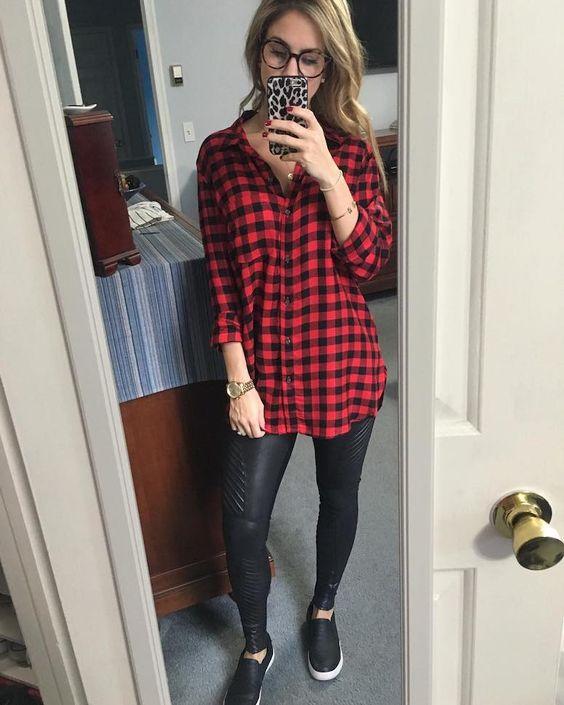 camisa oversized, calça legging de couro