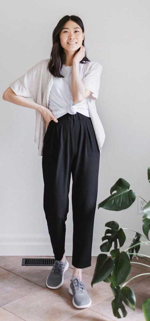 kimono bege, t-shirt branca com nozinho na cintura, calça jogger preta, tênis esportivo cinza