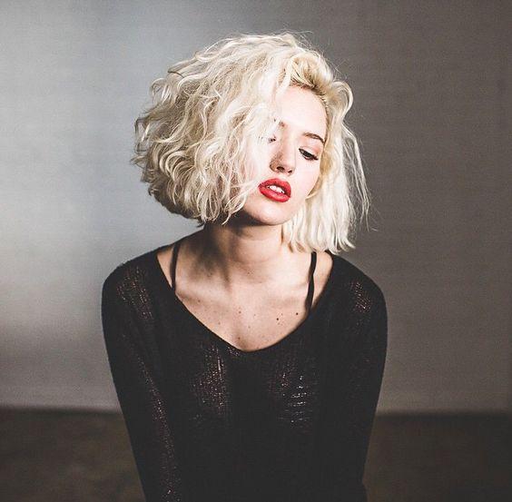 cabelo chanel platinado ondulado