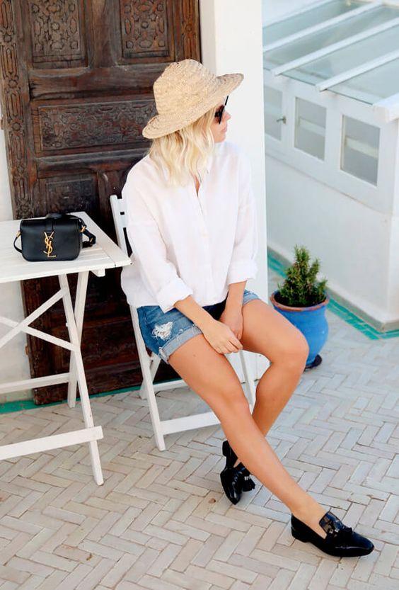chapéu de palha, camisa branca e short jeans desfiado