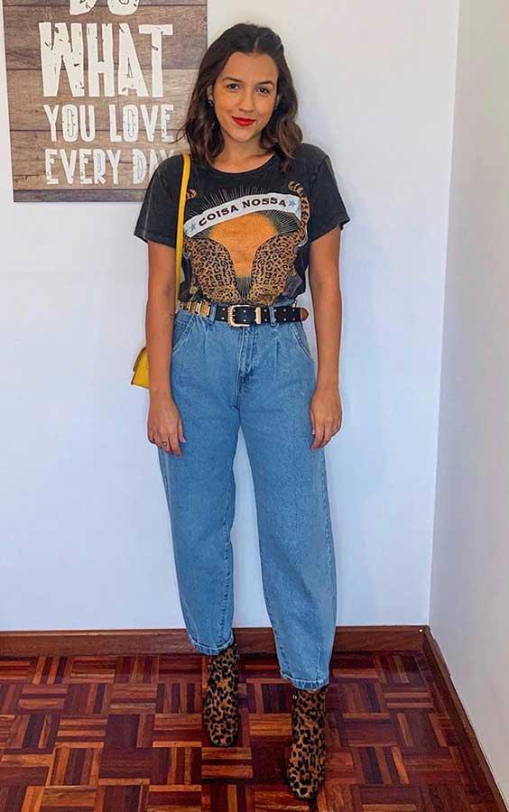 t-shirt preta, slouchy jeans, bota de oncinha