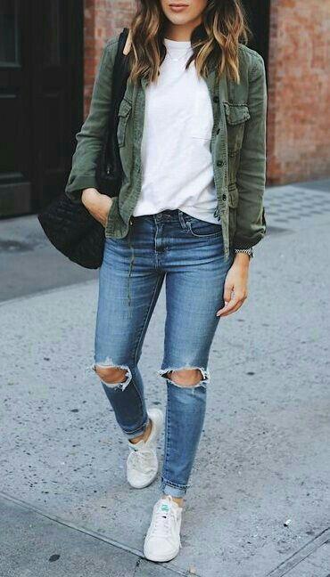 parka verde militar, blusa branca, calça jeans destroyed