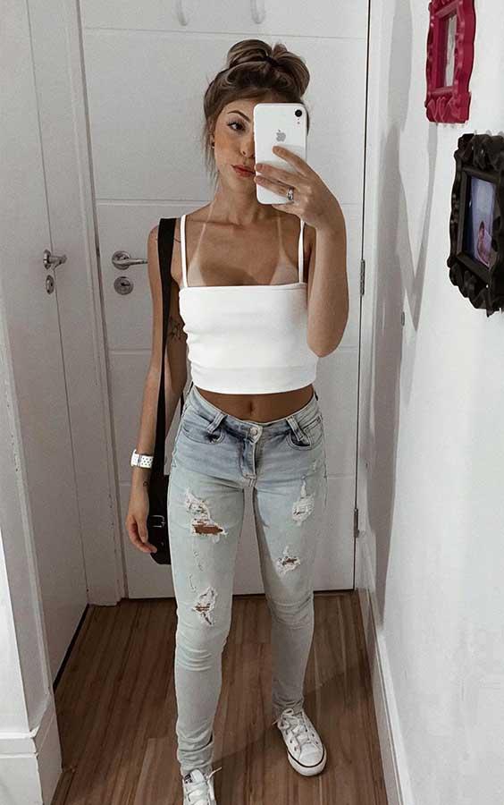 cropped branco cool com decote reto, calça jeans destroyed, tênis branco