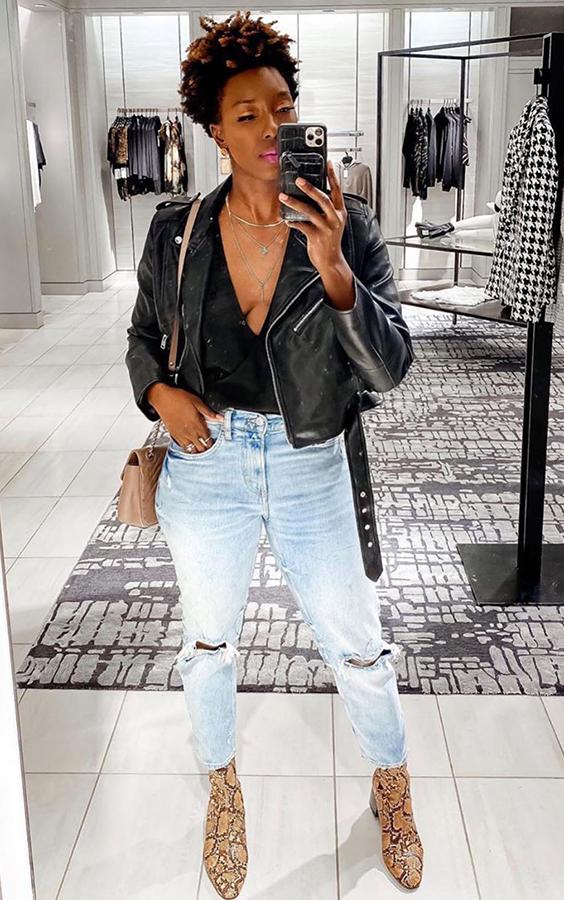 jaqueta de couro, body preto, bota de oncinha