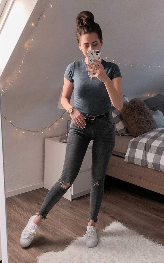 blusa cinza, calça skinnhi com rasgo no joelho, tênis branco