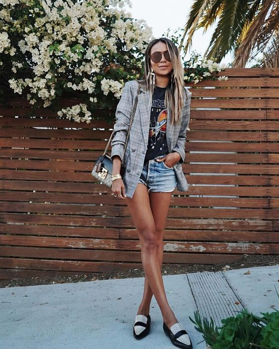 blazer cinza xadrez, t-shirt estampada e short jeans