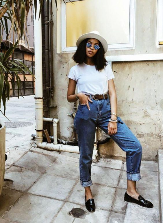 chapéu do panamá, blusa branca, mom jeans e cinto marrom