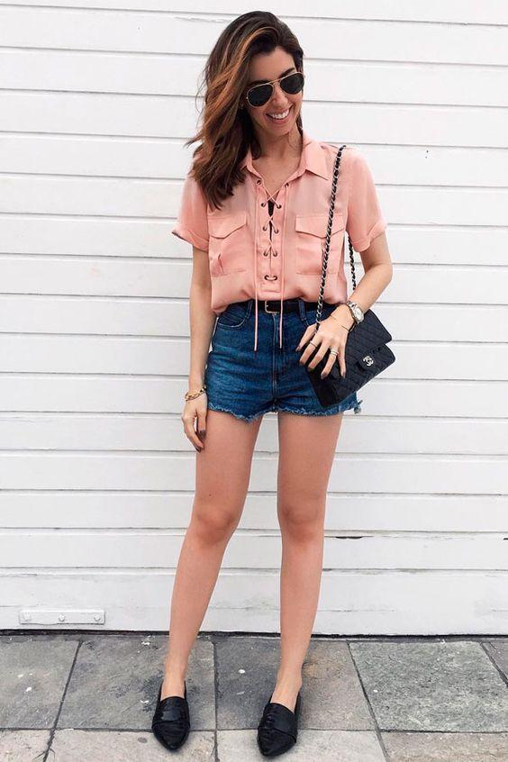 camisa de manga curta rosa, short jeans, mocassim preto