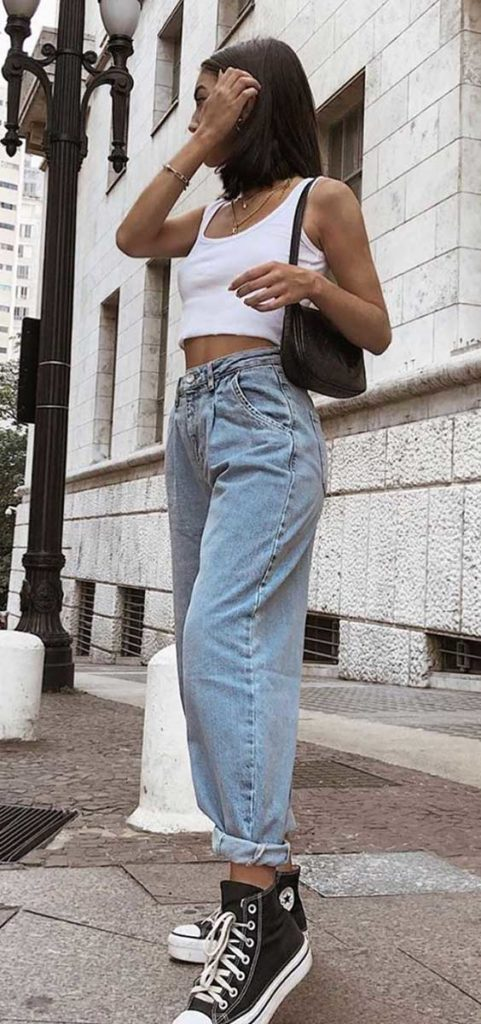 slouchy jeans, cropped branco, tênis preto all star