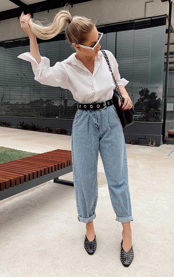camisa branca, mom jeans e sapato de bico fino