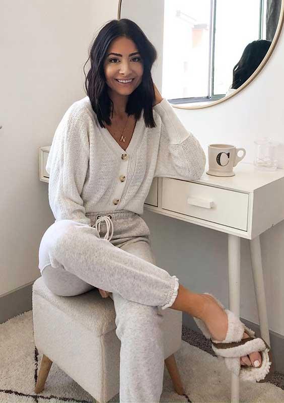 suéter branco, calça de moletom cinza e slide de pelinho