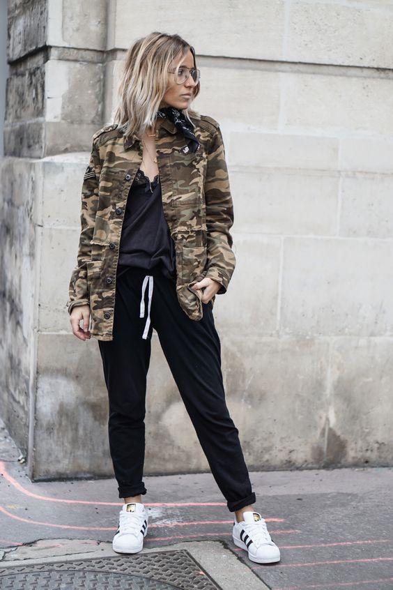 jaqueta camuflada, regata preta e calça de moletom